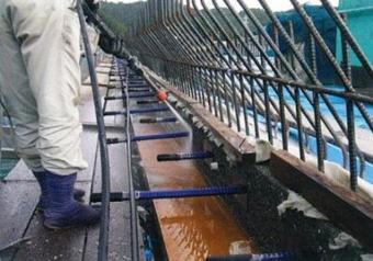 土木:橋梁での水洗出し作業中